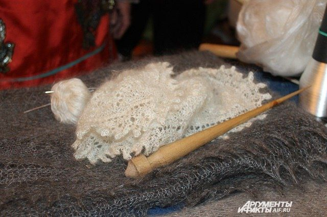 Музейные коллективы во всех уголках страны от Калининграда до Хабаровска получат письма с сувенирным оренбургским пуховым платком.