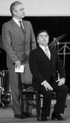 Советские артисты эстрады Виктор Ильченко (слева) и Роман Карцев (справа) выступают на сцене. 1987 год.