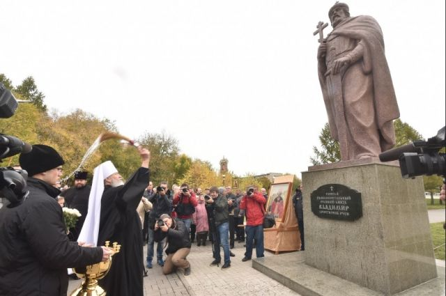 Высота памятника князю Владимиру вместе с постаментом - шесть метров.