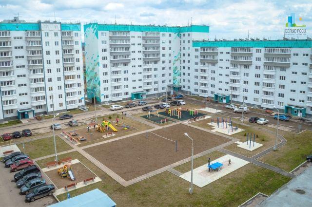 Тихий и уютный район часто выбирают для проживания семьи с детьми. Рядом с жилым комплексом находится новая школа. В шаговой доступности от дома есть магазины, аптеки, салоны красоты и фитнес-зал.