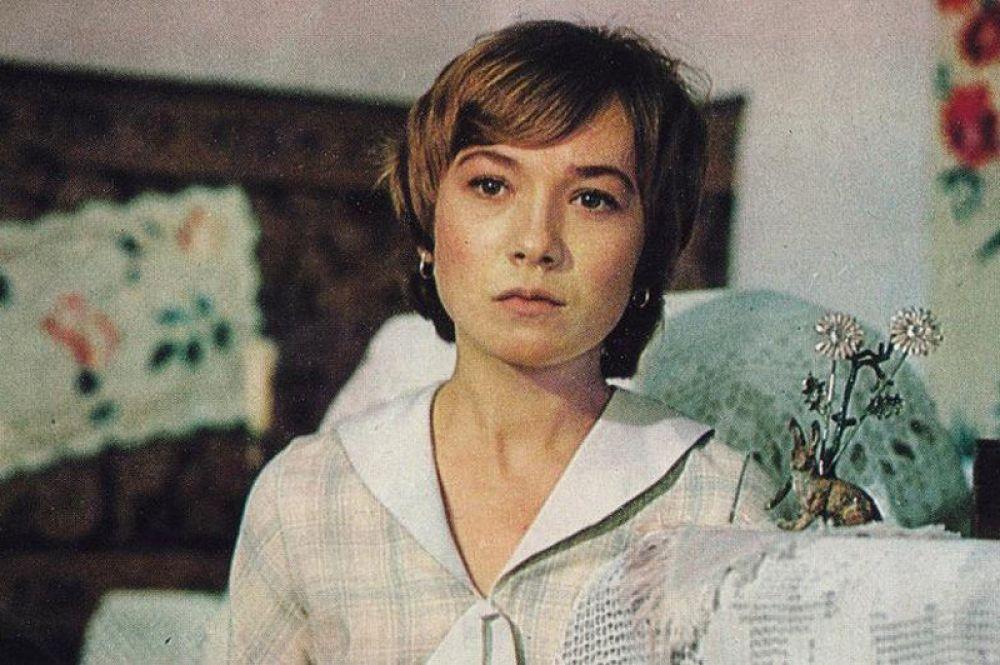 «Сентиментальный роман» (1976) — пионервожатая Зоя-маленькая.