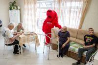 Постояльцы дома престарелых были удивлены и обрадованы.