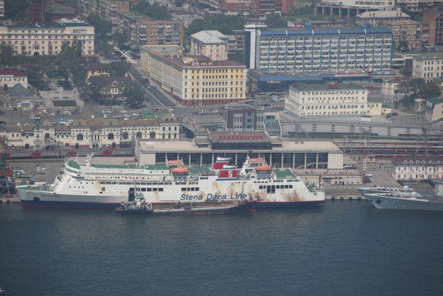Железнодорожный вокзал стоит по соседству с морским вокзалом: Приморье встречает гостей.