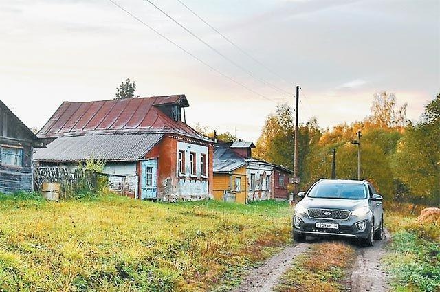 В деревне меньше 30 домов и всего один прописанный житель. Было бы больше, да с дорогами беда...
