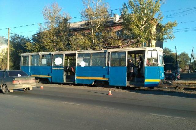 В Орске водитель трамвая сбил 53-летнего пешехода