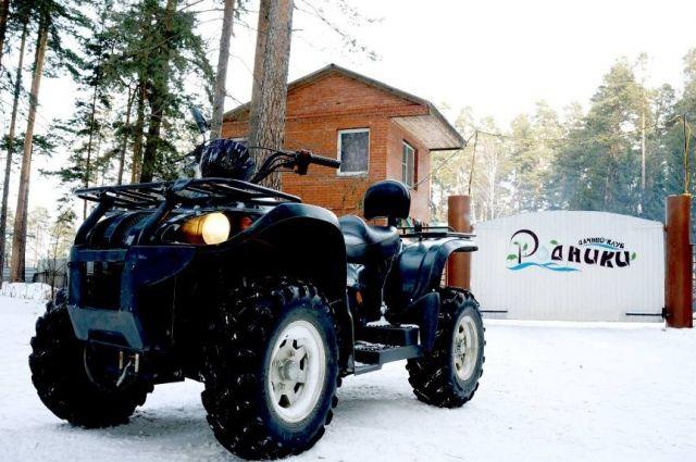 Дачный клуб «Родники» расположен в живописном сосновом лесу - здесь красиво и летом, и зимой.