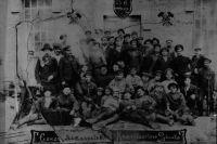 На фото группы металлистов Кольчугинского рудника 1918 г. своих родных могут поискать жители Ленинска-Кузнецкого и не только.