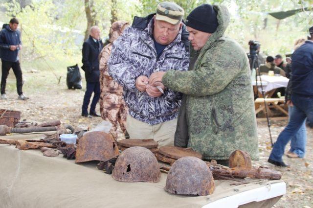 Во время экспедиции было поднято много личных вещей бойцов, в том числе звёздочки с погон.