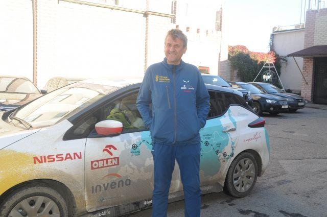Польский путешественник снова остановился в Омске, чтобы подзарядить свой электромобиль.