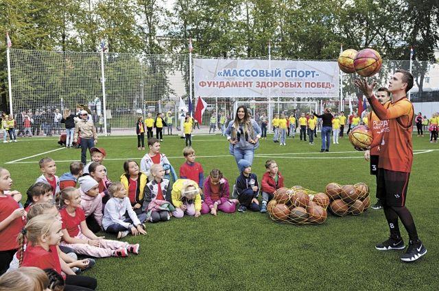 На открытии межшкольного стадиона у гимназии № 1 собрались сотни детей.