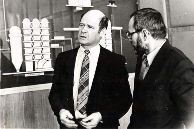 Вениамин Сухарев прошёл путь от помощника оператора до генерального директора. Вениамин Сухарев возглавлял завод 16(!) лет с 1987 до 2003 года.