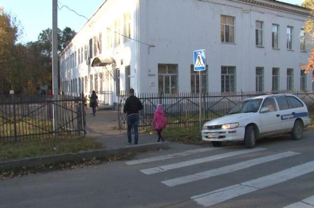 Улица Ломоносова, после реконструкции, осталась без тротуаров и парковки.