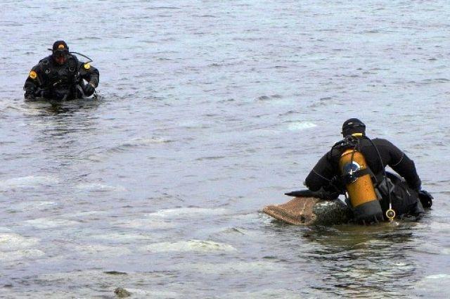 Водолазы дважды спускались под воду, но безуспешно.