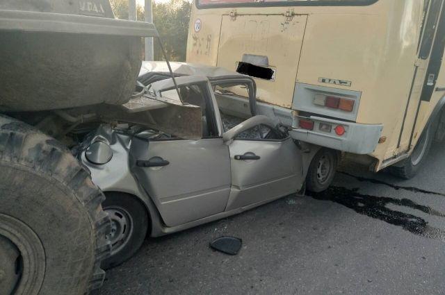 В Оренбурге «Калину» зажало между автобусов и грузовиком.
