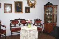 В доме сохранилась почти вся мебель.