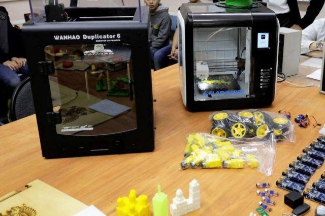Для ребят, занимающихся техническим творчеством, купили не только 3D-принтер, но и различные комплектующие для создания роботов.