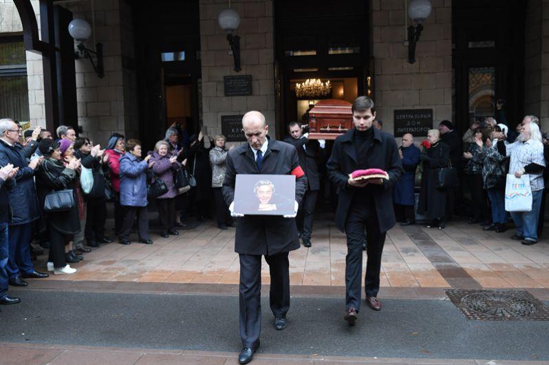 Аплодисментами провожают народного артиста РФ Романа Карцева у Центрального Дома литераторов.