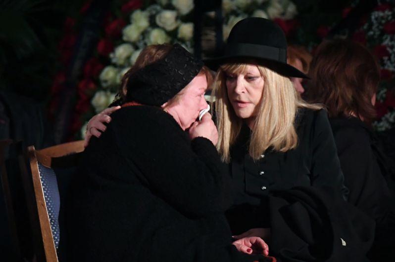 Вдова Романа Карцева Виктория Кассинская и певица Алла Пугачева.