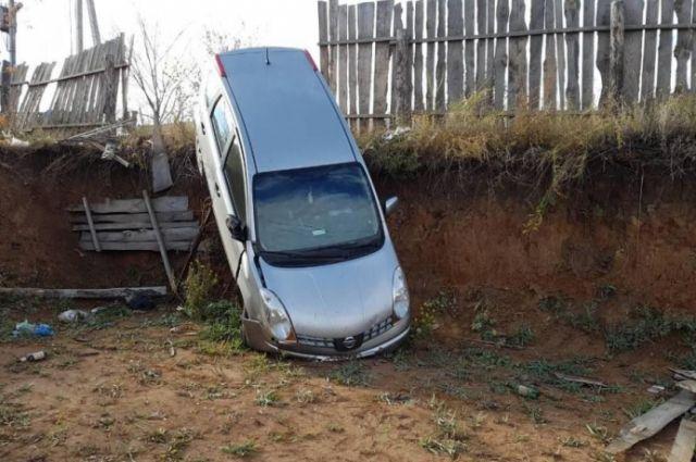 В поселке Аэропорт водитель Nissan врезалась в забор и съехала в котлован.