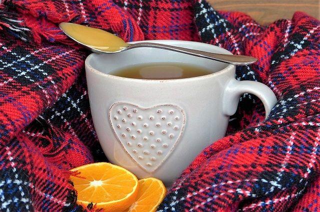 Горячий чай и цитрусовые - не лучшие помощнике в борьбе с болезнью.