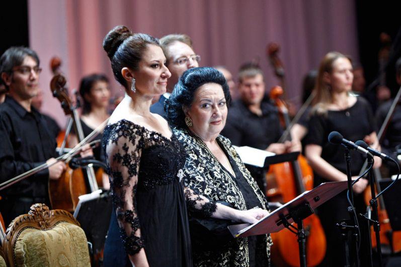 Испанская оперная певица Монсеррат Кабалье и ее дочь Монсеррат Марти во время сольного концерта на сцене Национального академического театра оперы и балета в Ереване. 2013 г.