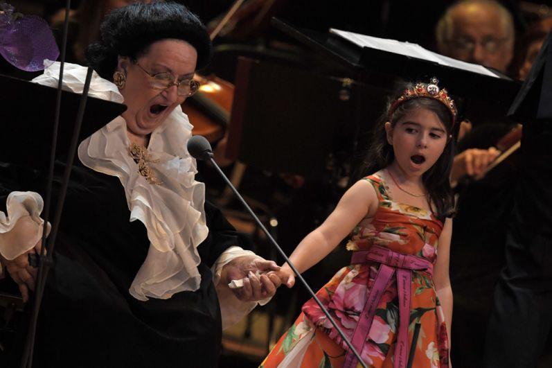 Оперная певица Монтсеррат Кабалье с внучкой Даниэлой выступают на концерте в Государственном Кремлевском дворце в Москве. 6 июня 2018 г.