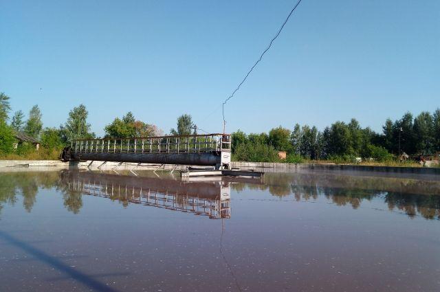 Прежде чем вернуться в реку, вода за 18-19 часов проходит четыре степени очистки. Влага проходит через специальные решётки, первичные отстойники, аэротенки и вторичные отстойники.