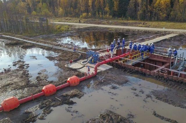 В АО «Транснефть – Сибирь» учились ликвидировать выход нефти на болотах