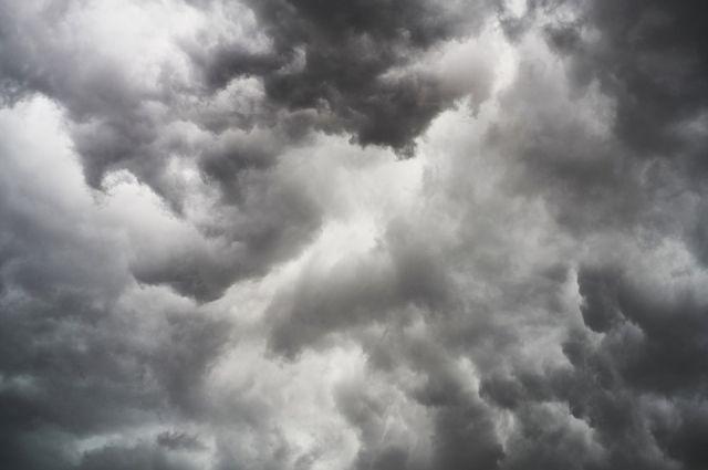 Последствиями ветра в Надыме стали сорванные крыши и разбитые окна
