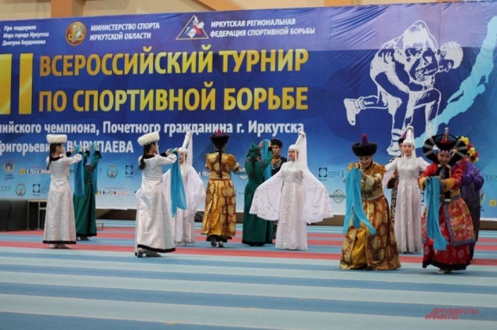 Началу поединками предшествовала красочная церемония открытия.