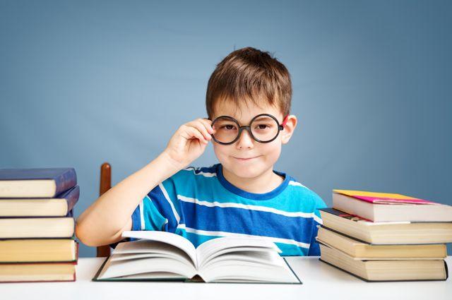 Блестящий стол и батареи – враги глаз. Как спасти зрение школьников?