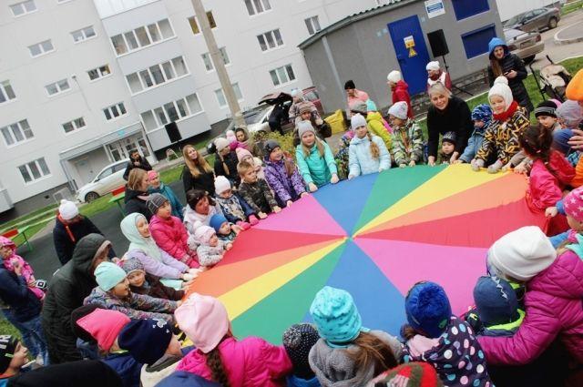 Ребята с радостью играли на празднике двора.
