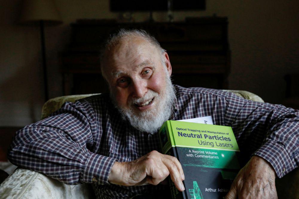 Премию по физике получит и американский ученый Артур Эшкин «за изобретение оптических пинцетов и их применение к биологическим системам». Его открытие также относятся к середине 1980-х годов, с годами оно произвело настоящую революцию в лазерной физике.