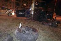 В Киеве пьяный таксист врезался в электроопору: погиб пассажир