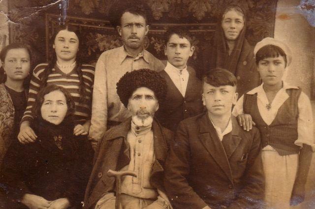 М. Охтов (в центре) принял решение помочь детям из Ленинграда.