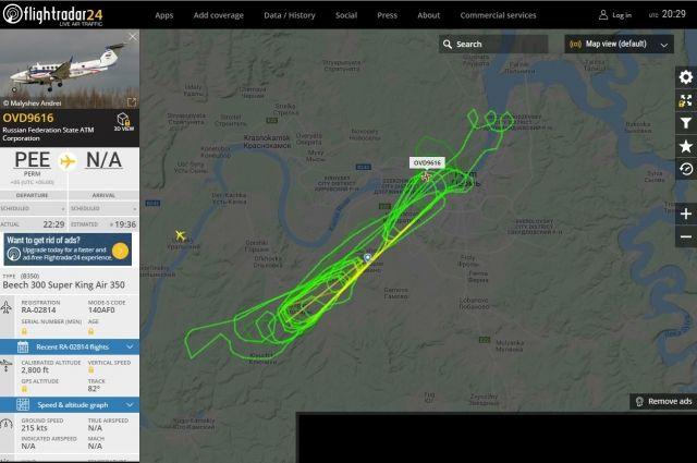 На сайте flightradar24 видно, что самолёт сделал несколько кругов, заходя на посадку с разных сторон.