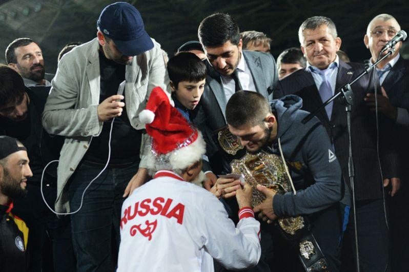 Боец смешанного стиля Хабиб Нурмагомедов во время встречи с болельщиками на стадионе «Анжи-Арена» в Каспийске.