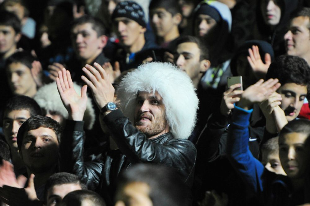 Болельщики во время встречи с бойцом смешанного стиля Хабибом Нурмагомедовым на стадионе «Анжи-Арена» в Каспийске.