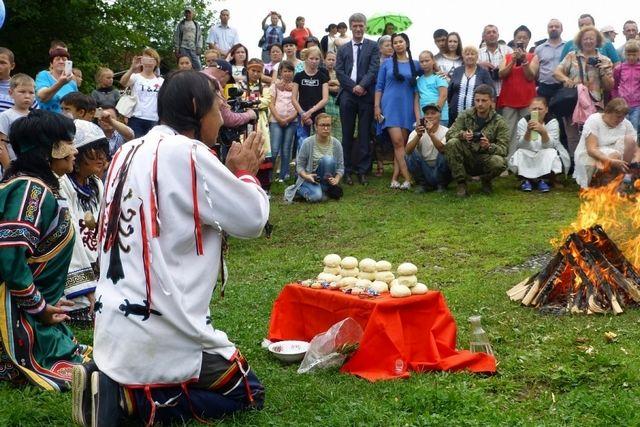 Большие праздники коренных народов - это и подношение их богам.