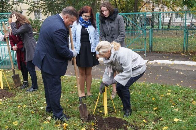 В сентябре педагоги посадили около 200 саженцев кедра, рябины и пихты.