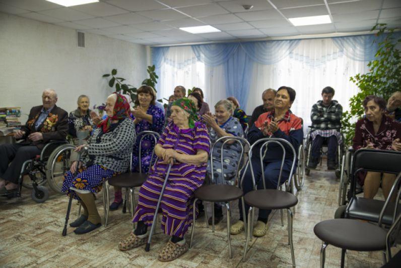 Путь лежал в филиал отделения милосердия для престарелых и инвалидов комплексного центра социального обслуживания населения, где проживают 28 пенсионеров, которые нуждаются в заботе и внимании.