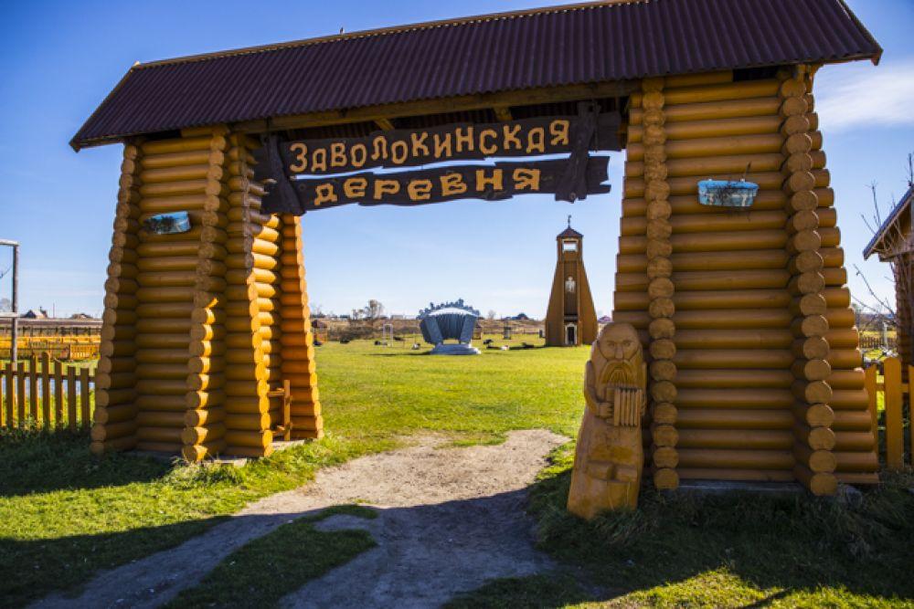 Но корреспондентам и блогерам нужно было следовать дальше - в Заволокинскую деревню.