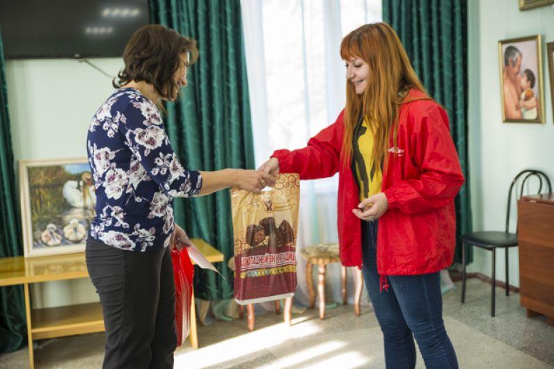 Участники автопробега поблагодарили Ордынский историко-художественный музей подарками от партнеров мероприятия – шоколадной фабрики «Новосибирская».