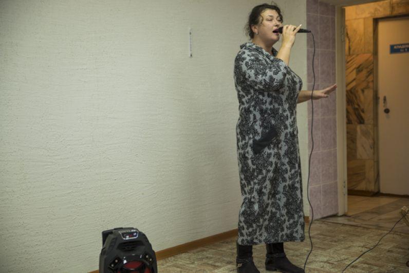 А еще для пожилых людей выступила новосибирская певица Алина Луговская.