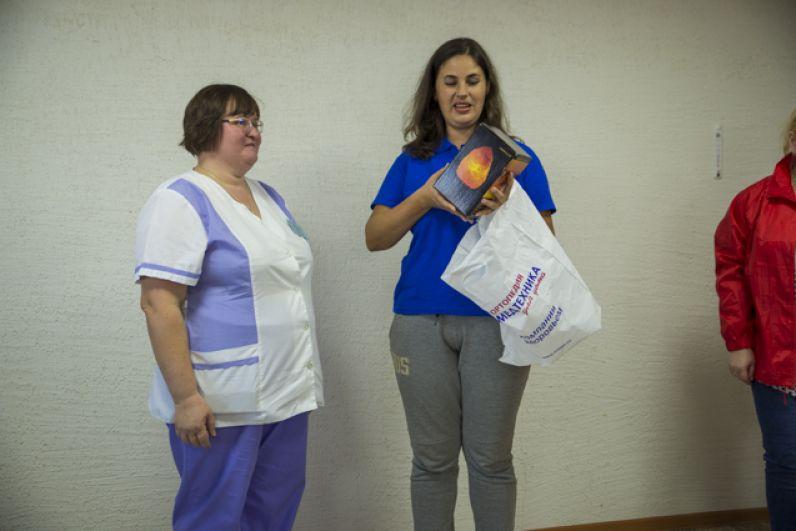 Партнеры мероприятия – сотрудники сети магазинов «Медтехника для дома « вручили старикам полезное варенье.