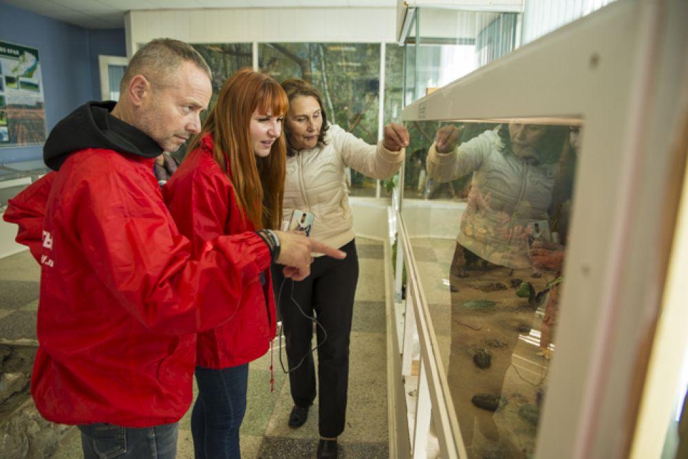 Директор музея Алла Викторовна рассказала, какие животные и насекомые населяли мировой океан миллионы лет назад.