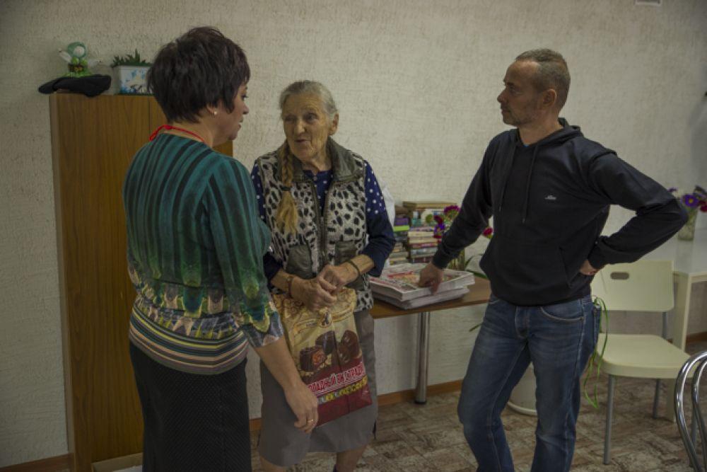 Пенсионеры общались с гостями и рассказывали интересные истории из жизни.