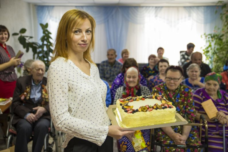 Кондитер Анна Исакова испекла для жителей филиала милосердия вкусные торты.
