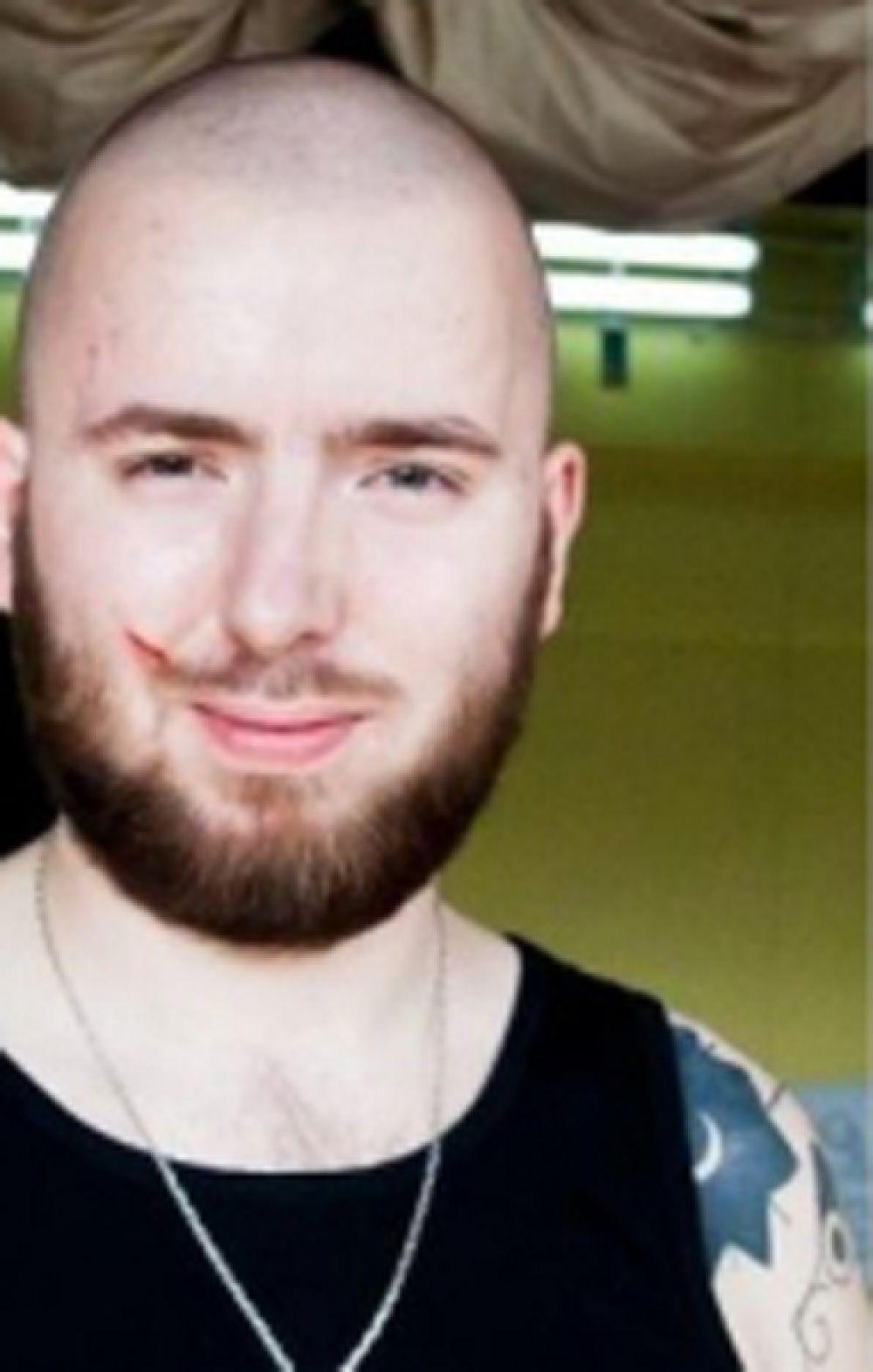Семен Ермолинский, 1987 года рождения. Уроженца Санкт-Петербурга ищут уже шесть лет. С 2006 по 2014 год он входил в состав преступной группировки, на счету которой убийства, изнасилования, грабежи и разбой. Члены банды называли себя «чистильщиками», в 2012 году многих из них арестовали, однако, Ермолинский остается на свободе.