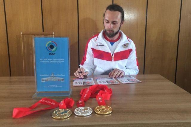 Сергей Каменский раздает автографы.